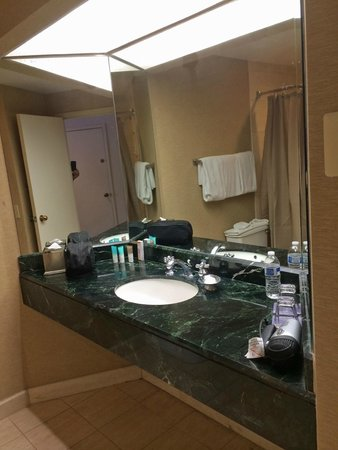 Hyatt Regency Bethesda: Single sink bathroom