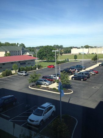 Holiday Inn Hotel & Suites Lima East: parking lot