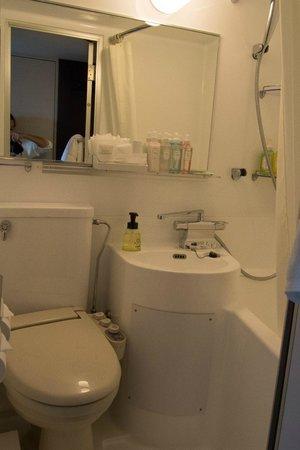 Centurion Hotel Ueno : very small bathroom