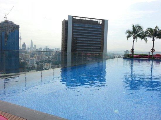 Aloft Kuala Lumpur Sentral: La piscine calme a 11 h du matin.