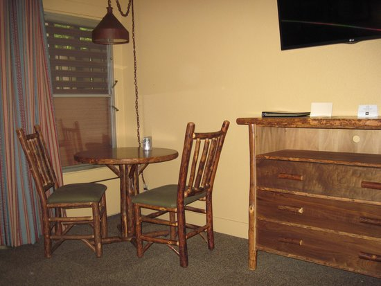 Yosemite Valley Lodge : picture of the furniture in room. rustic lodge feeling.