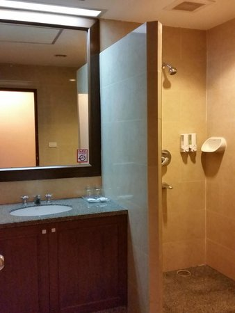 Triple 8 Inn Silom: bathroom