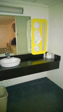 Motel 6 Wytheville: Updated bathroom/vanity area