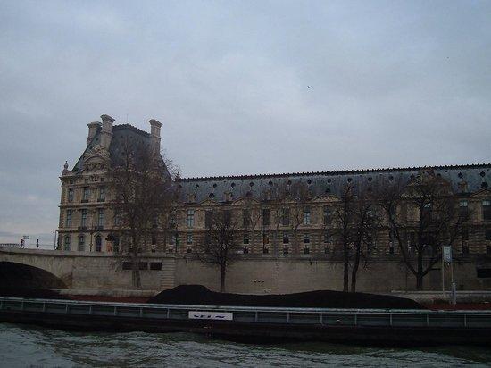 Bateaux Parisiens : Ala Denon del Museo del Louvre.