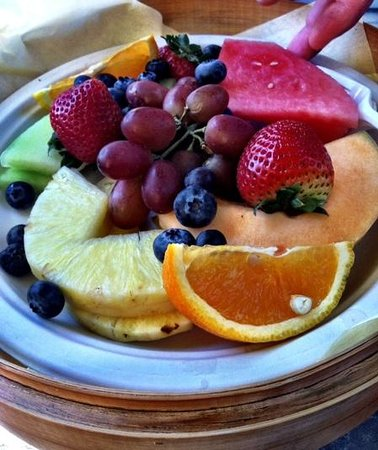Hilton San Diego Resort & Spa: Fruit platter in our private cabana pool side