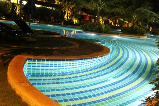 Holiday Inn Resort Krabi Ao Nang Beach: Pool at night