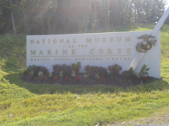 National Museum of the Marine Corps: Insegna sulla strada