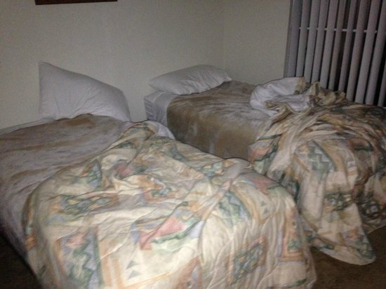 Sonoran Suites of Tucson: Bed sheets from previous occupant