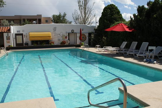 El Rey Court : The pool area