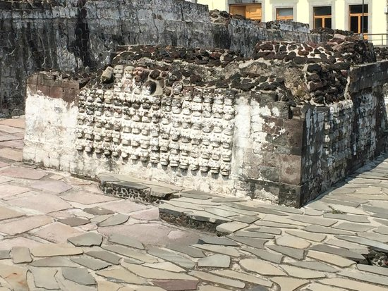 Museo del Templo Mayor: lots of skull carvings outside