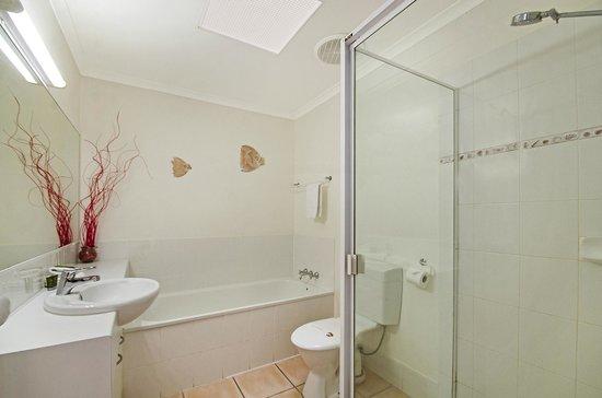 Portside Noosa Waters Resort: Townhouse Second Bathroom