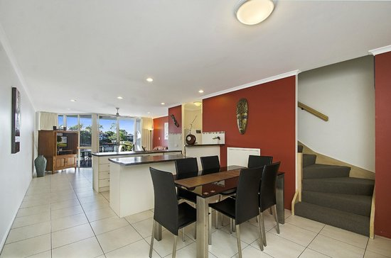 Portside Noosa Waters Resort: 3 Bedroom Townhouse Dining, Kitchen & Living Room