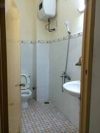 Peace Hotel (Hoa Binh) : Вид ванной комнаты