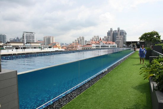 Holiday Inn Express Singapore Clarke Quay: Rooftop pool has glass side