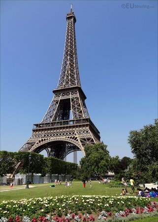 Tour Eiffel : Taken from the Champ de Mars gardens you can see just some of the large open grass areas around