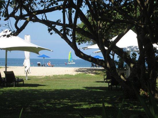Shangri-La's Rasa Ria Resort & Spa: Beach from the lawn area