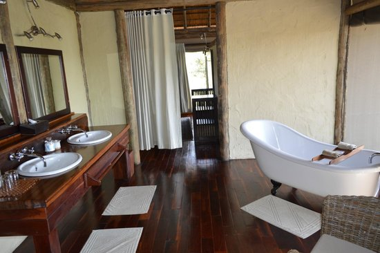 Lagoon Camp - Kwando Safaris: This picture only shows half of the bathroom.