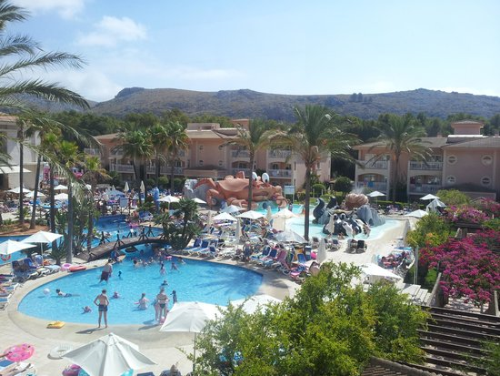 Aparthotel Playa Mar & Spa : pool and the half filled sunbeds (although people reserve from 5 am!)