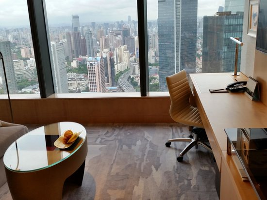 Jing An Shangri-La, West Shanghai: Window view and fruits to welcome the guests