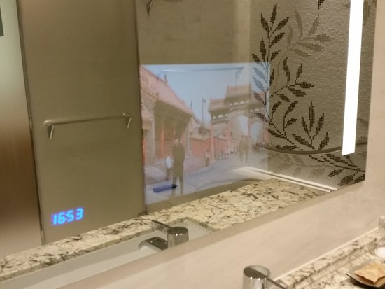 Jing An Shangri-La, West Shanghai: TV behind the bathroom mirror