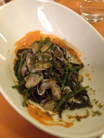 L'Osteria Dell'Orologio: Tagliolini al nero di seppia con telline e asparagi di mare