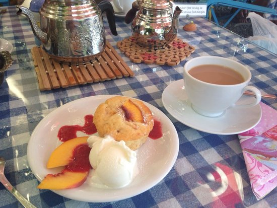 Dalyan Iz Cafe: Peach muffin with ice cream & a cup of tea- perfect :-)