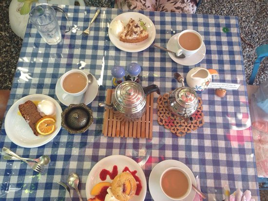 Dalyan Iz Cafe: Peach muffin, apple crumble cake, orange & ginger cake served with a pot of tea :-)