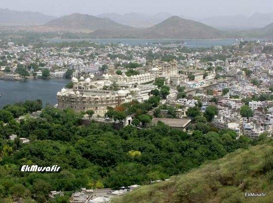 Mansapurna Karni Mata Ropeway : View of City Palace from top