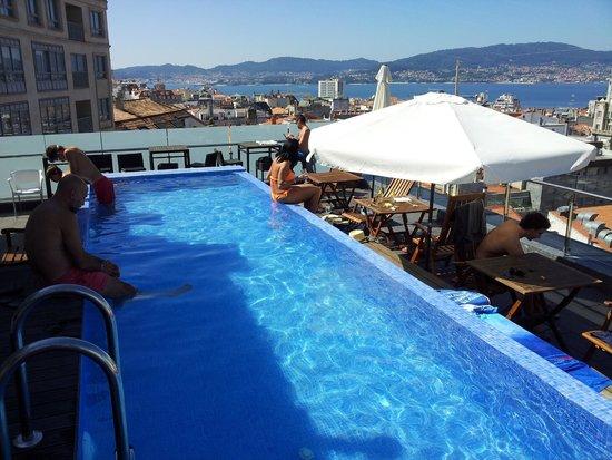 con sol, te puedes pasar el dia en la piscina del hotel axis vigo con servicio de cafetería