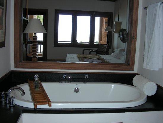 Heritage Awali Golf & Spa Resort : La chambre vue de la salle de bain, avec sa baignoire jaccuzi