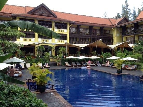 Victoria Angkor Resort & Spa: view of pool and reception, bar and restaurant.