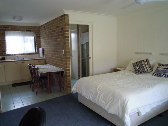 Sunshine Coast Airport Motel: Bed and Bathroom view