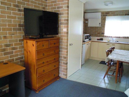 Marcoola Motel: TV and lounge area