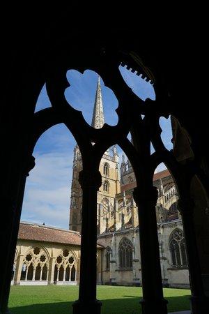 Cathedrale Sainte-Marie de Bayonne: 回廊から中庭を望む。