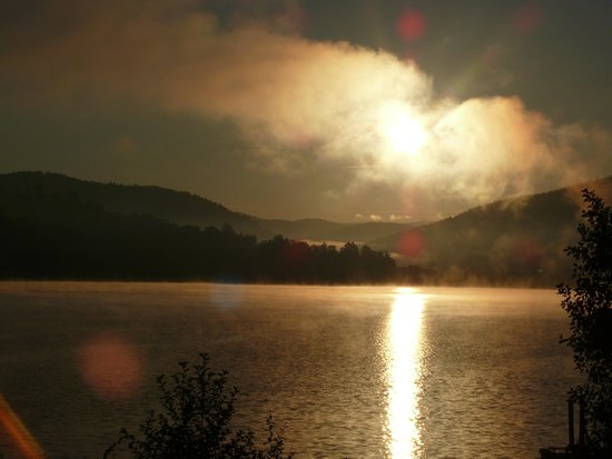 Appart'hotel Lido Gérardmer : Vue du studio, lever du soleil sur le lac