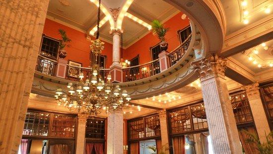 Hotel Des Indes, a Luxury Collection Hotel : salle des petits déjeuner et lobby
