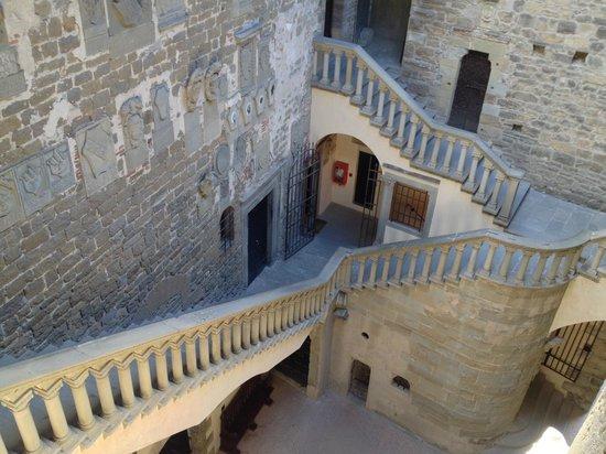 Castello dei Conti Guidi di Poppi: veduta scale dal ballatoio