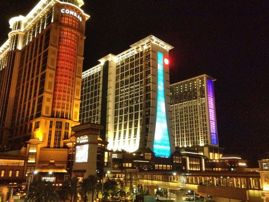 Sheraton Grand Macao Hotel, Cotai Central : look from opposite road