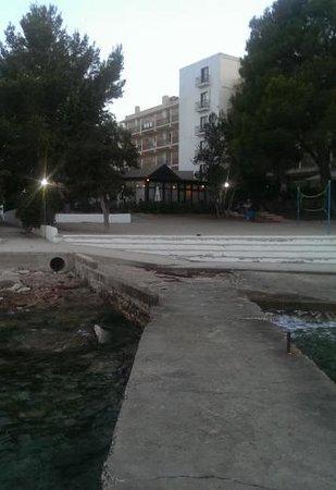 Hotel Club Els Pins : plage avec evacuation eau usagé