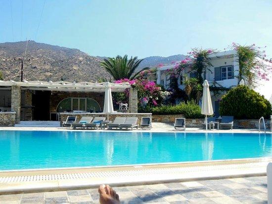 Dionysos Seaside Resort : la piscina