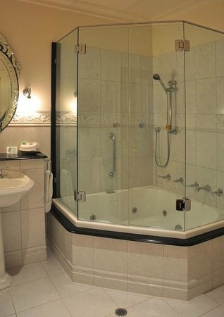 Craig's Royal Hotel: bathroom is well appointed