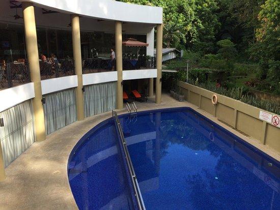 The Palace Hotel Kota Kinabalu: 部屋から見たプール