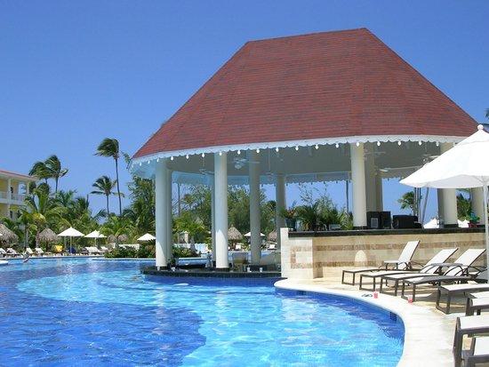 Luxury Bahia Principe Esmeralda Don Pablo Collection: La piscina y la barra.