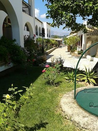 Iliada Beach Hotel : Very pretty and unexpectedly well-kept garden leading down to the beach (at the end of the path)