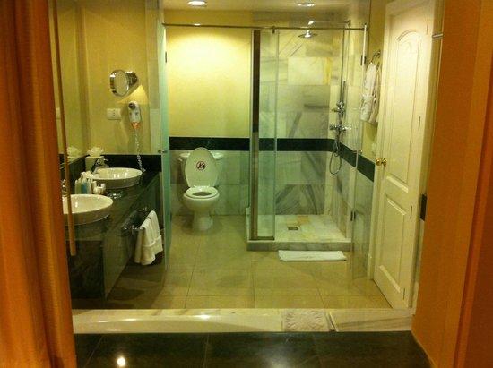 Luxury Bahia Principe Esmeralda Don Pablo Collection: El baño con bañera hidromasaje.