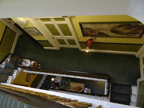 Garlands Guest House: Stairwell