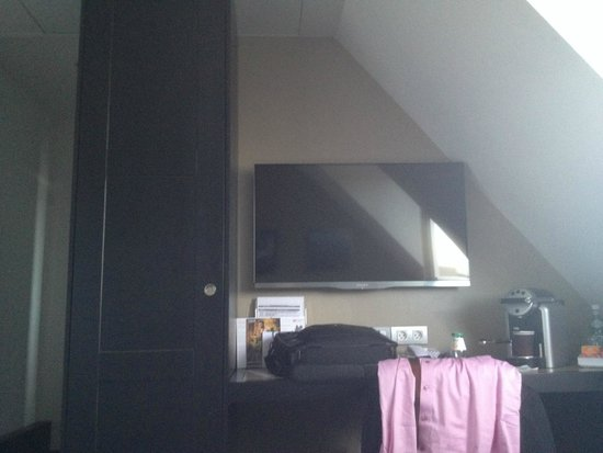 Holiday Inn Paris Gare de Lyon Bastille: just enough space for a TV
