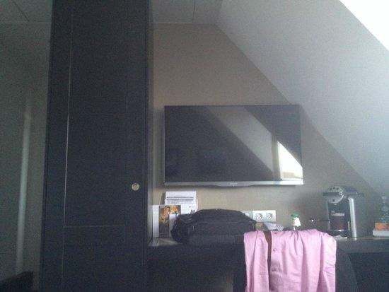 Holiday Inn Paris Gare de Lyon Bastille : just enough space for a TV