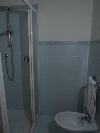 Hotel Garda: macchia sul pavimento della doccia