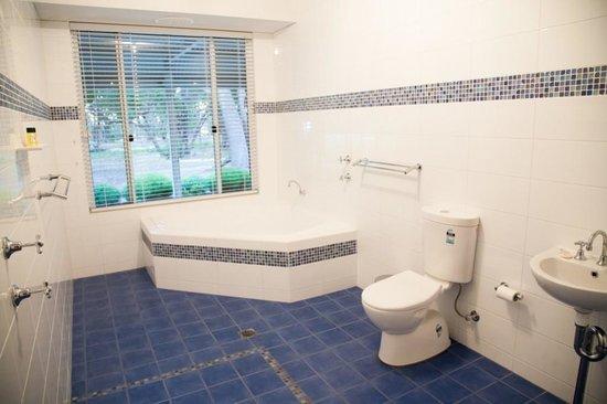Birdhaven Manor & Farmstay Chalets: Fresh and modern with deep bath